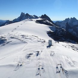 #domedelalauze #glacierdemontdelans #funiculaire #lameije #lesdeuxalpes  @superwhitestore #thefutureofmountainriding